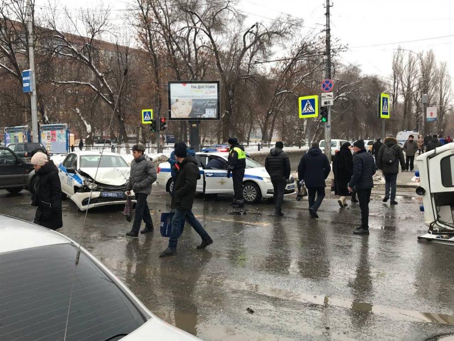 скорая столкнулась с полицией - дтп в саратове