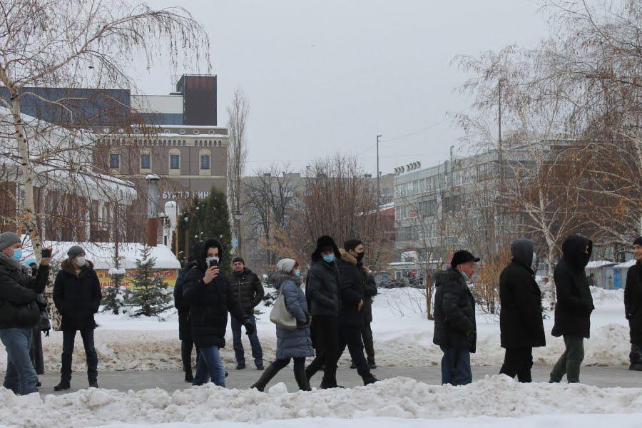 Сторонники Навального устроили несанкционированное шествие в Саратове