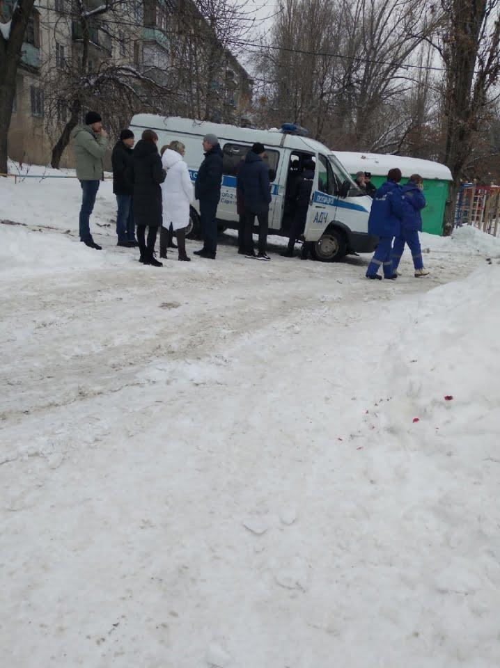 в саратове глыба льда убила ребенка